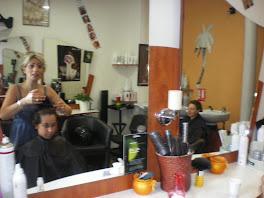 simon chez Mirna pour sa coupe de cheveux
