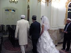 مراسم عقد در آتشكده - موبد به همراه عروس و داماد.كلاه و روسري براي احترام به آتشكده است.