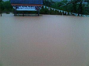 http://3.bp.blogspot.com/_i5-K4MLrko0/TUTqmPaUGXI/AAAAAAAAgW4/qQnxu4LNmFo/s400/banjir1.jpg
