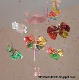 Порхающие бабочки из фантиков
