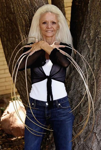 36 Worlds Longest Nails 588x878 25 Perempuan yang Paling Extreem di Dunia