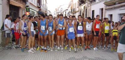 Corredores de la prueba de 5000 m. preparados en la salida