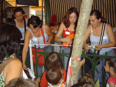 Concejalas entregando regalos a los participantes