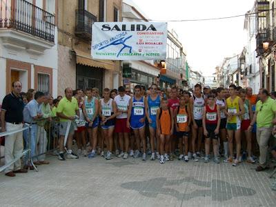 Todos los participantes en la línea de salida esperando el pistoletazo, dado por el delegado de Deportes, Serafín García