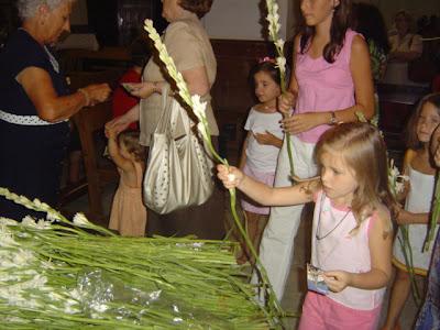 Una pequeña ofrece sus nardos a la Virgen