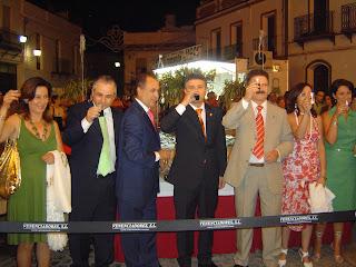 Brindis del equipo de gobierno en el momento de la inauguración y alumbrado
