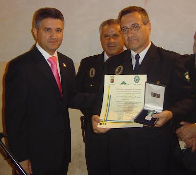 El Alcalde, Mario Martínez hace entrega a Miguel Paniagua de su condecoración por los 25 años de servicio