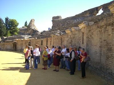 El grupo paseando por el anfiteatro de Itálica
