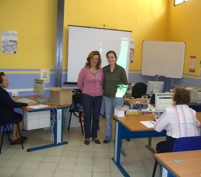 Ángeles Córdoba, delegada de Servicios Sociales, junto a Inma González, dinamizadora y responsable del Programa, en la inaguración del taller