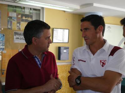 Mario Martínez, Alcalde de Constantina, junto a Manolo Jiménez en la pasada pretemporada del Sevilla Atlético en Constantina