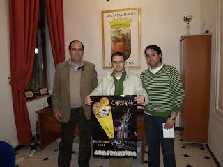 De izq. a dcha.: delegado de Festejos; Antonio M. Medina, primer premio y Fernando Fernández, segundo premio