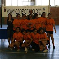 Las vencedoras, de Burguillos, reciben premio del concejal de Deportes y la concejal de Juventud