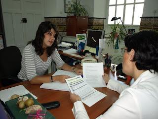 La trabajadora social coordinando su labor con la concejal de Igualdad y Ciudadanía
