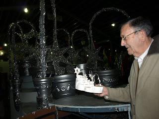 Antonio Difort nos muestra el boceto de una carroza y detrás el resultado final