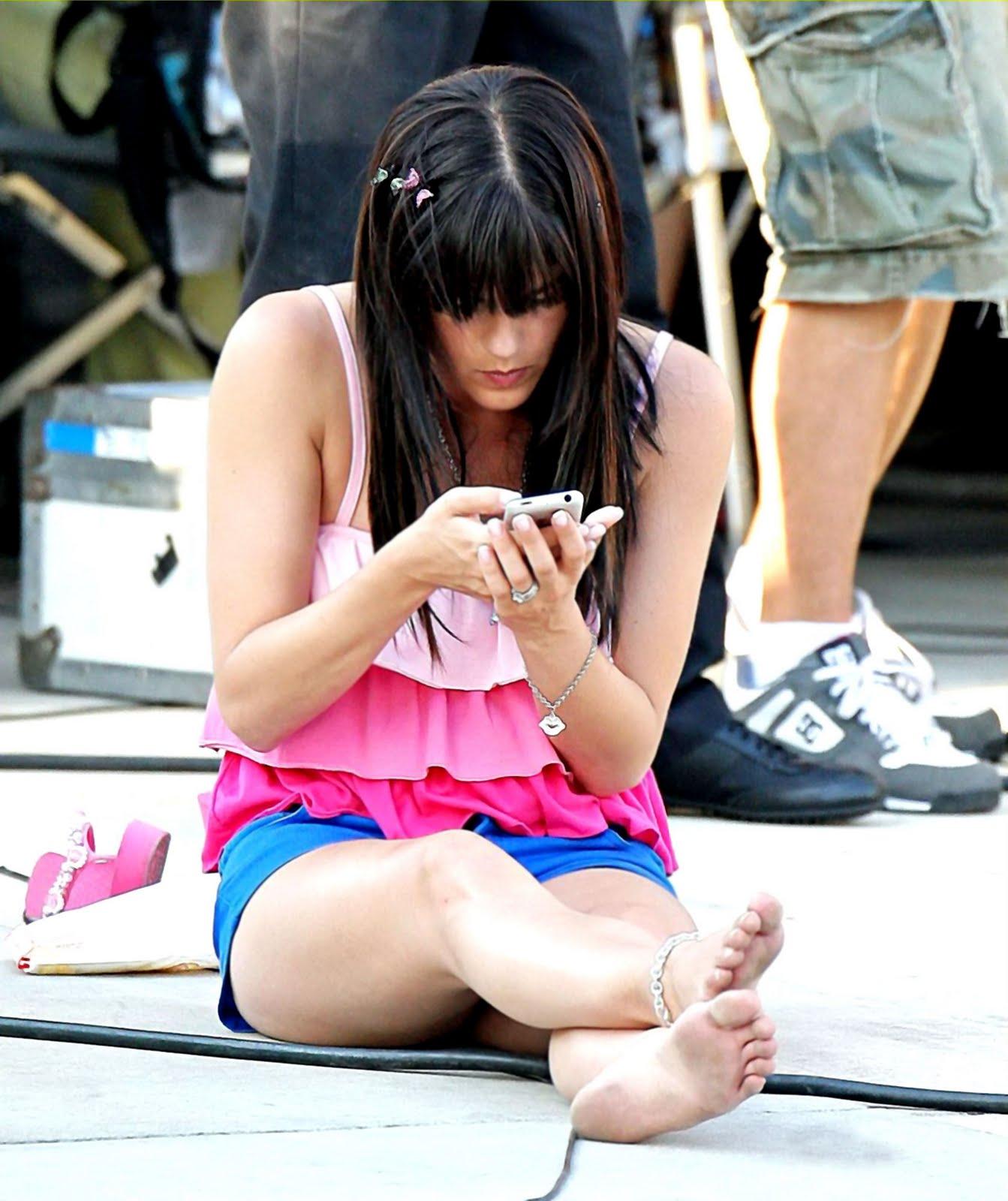 http://3.bp.blogspot.com/_iE4NT7ouw8k/TLheBNF8qQI/AAAAAAAABJI/mjVjzOws02c/s1600/Selma-Blair-Feet-62024.jpg