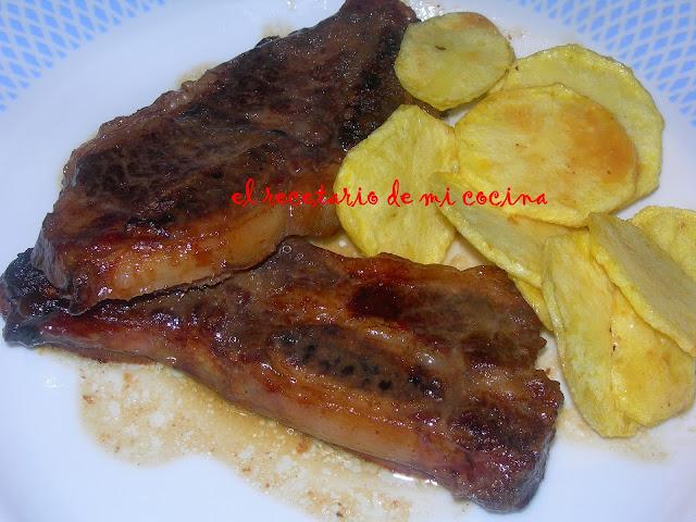 costilla de ternera con patatas y salsa de uvas