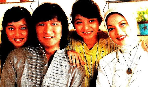 Keluargaku Tercinta: Ayah Ikang, Ibu Icha, Kak Bella dan Saya Kiki