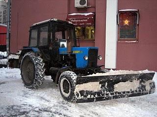 снегоуборщик делает снежные горы