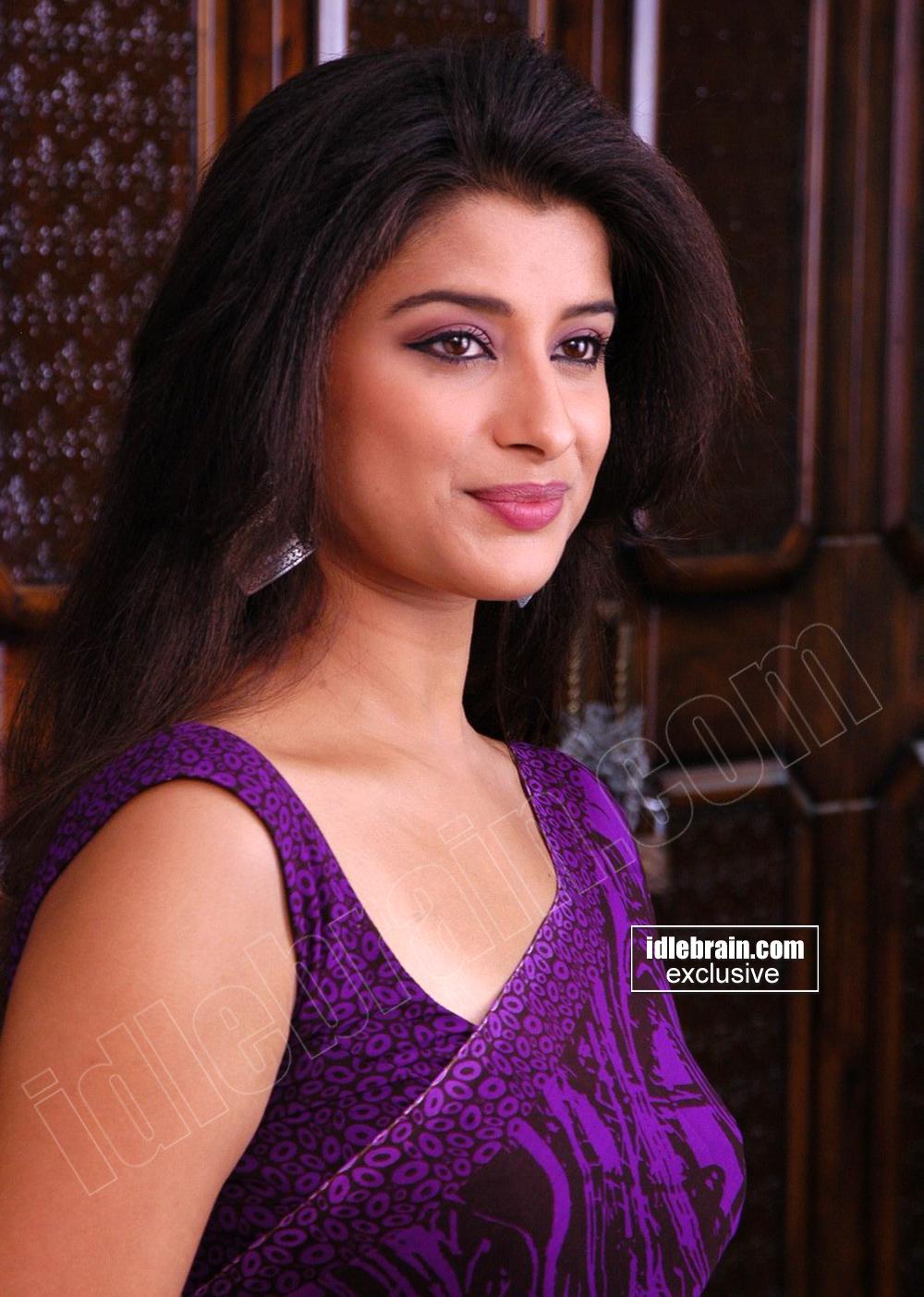 madhurima hot and cute saree pics