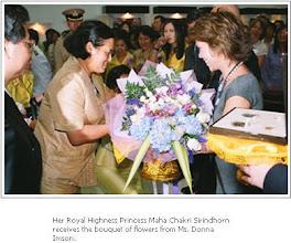 صاحبة السمو الملكي الاميرة مها كاكري تستلم باقة ورد من السيدة دونا امسن المسؤلة عن تطوير التدريبات