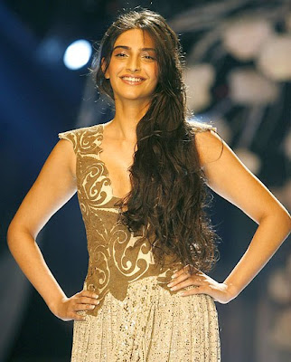 Sonam Kapoor sizzles on ramp for Anamika Khanna at HDIL India Couture Week