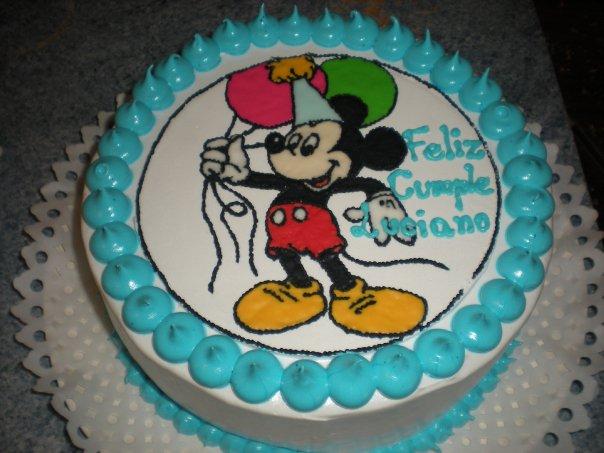 Torta de piña con placa de Mickey Mouse