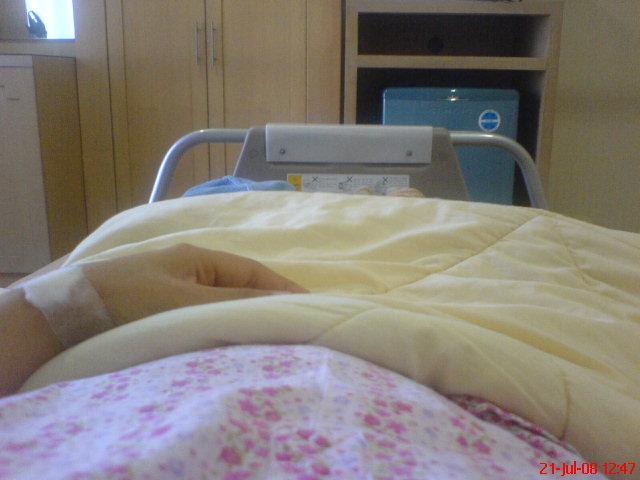 Infus baru dilepas, perut belum keliatan buncit anaku masi kecil