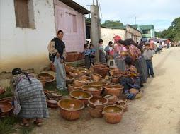 """Venta de ollas de barro en el mercado de la Aldea """"Suacité"""""""