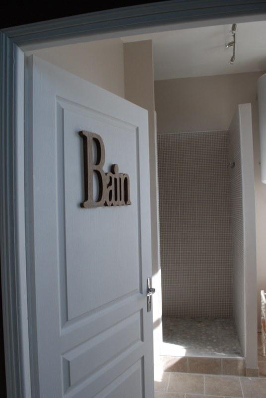 Salle de bain avec une grande douche spacieuse