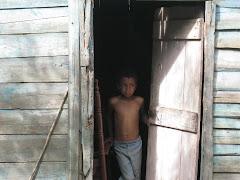 REP DOM 10 Niño en la puerta de su casa