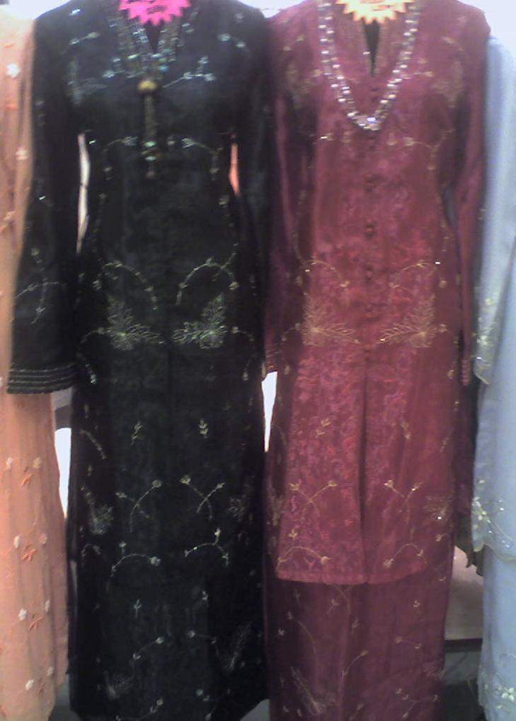 baju kebaya dipakai oleh wanita melayu ada dua teori tentang asal baju
