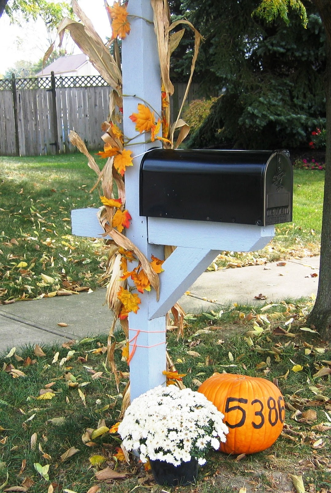Mailbox decorations on pinterest fall mailbox mail for Mailbox ideas