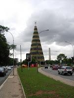 日中のクリスマスツリー