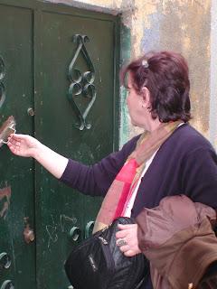 Najia devant la porte de sa maison natale (la Souika, Mai 2004)
