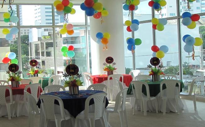 Mickey Mouse Decoracion Mesa ~ con globos y muchos papelitos de colores, los centros de mesas