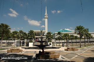 di brosur tentang kota kuala lumpur masjid negara selalu disebut sebut sebagai salah satu tujuan menarik buat para turis khususnya untuk