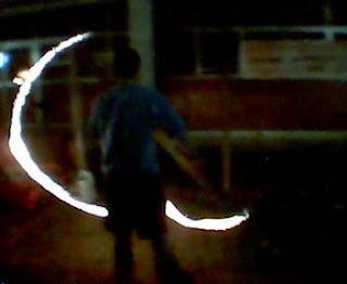 Juan desenhando com fogo no espaço