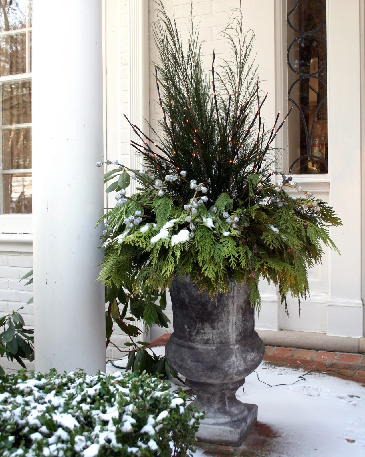 Antiqueaholics outdoor decorating keeping it simple for Easy front porch christmas decorations