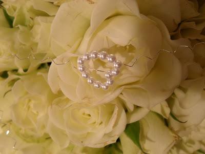 Liten &;brudebukett&; av grenroser, eukalyptus, perler og sølvtråd