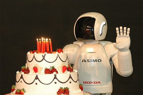 El robot ASIMO celebrando su cumpleaños número 10