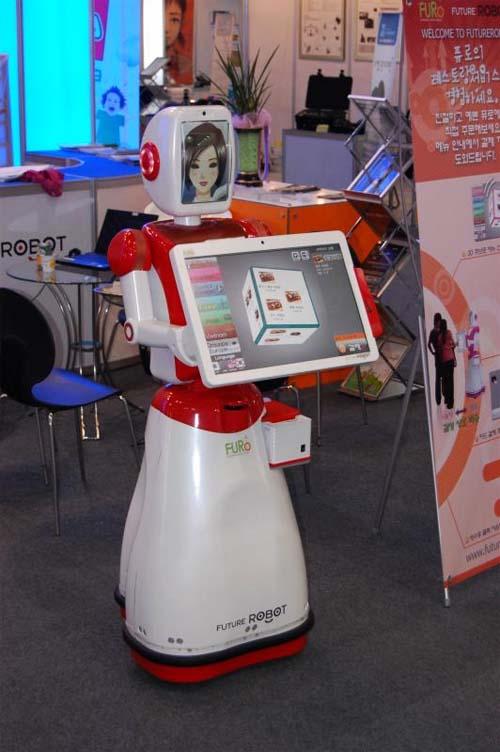 Demostración del robot recepcionista FURO