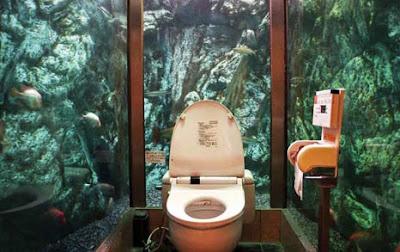 Toilet dalam akuarium raksasa di Mumin Papa Cafe, Jepang Mumin_papa_cafe_03