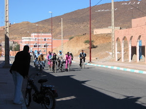 Les filles de Foum Zguid se dirigent vers l'école