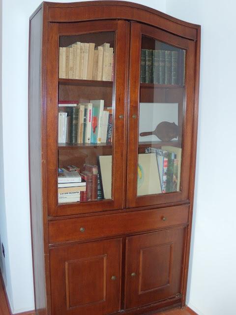 Mueble librero con dos puertas de vidrio, un gran cajón y dos puertas