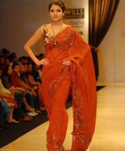 [Anushka+Sharma+In+A+Fashion+Show8.jpg]