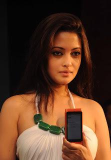 Riya Sen Unveils Nokia N8 Phone 1.jpg