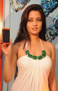 Riya Sen Unveils Nokia N8 Phone 2.jpg