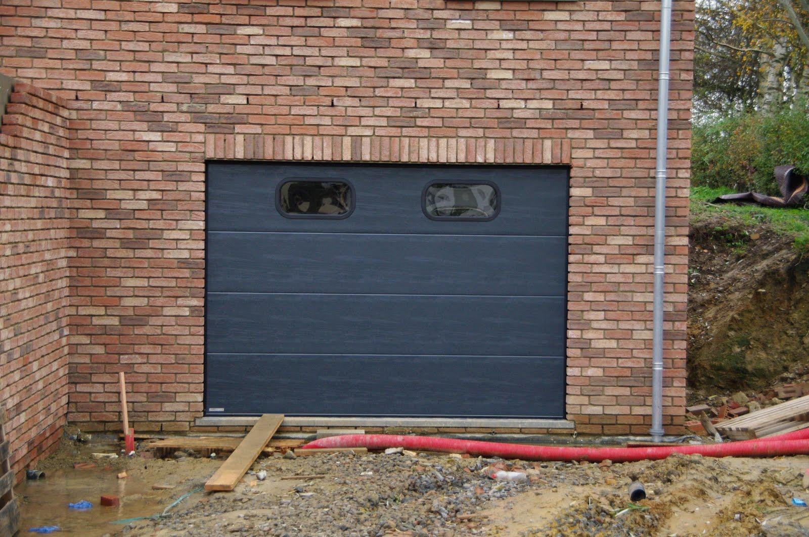 Maison nathalie et alban mise en place de la porte de garage for Porte garage maison