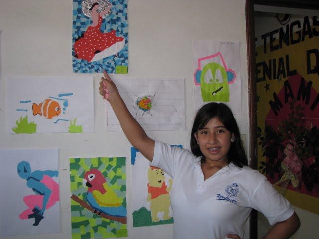 Alumna de séptimo grado muestra su trabajo.