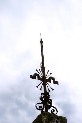 'Escuelas José Antonio': yugo y flechas de la veleta. (La Barca de la Florida)